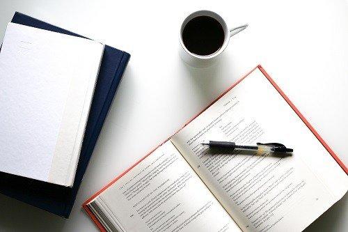 Kun Kela on antanut sinulle valtion myöntämän takauksen, voit hakea opintolainaa Säästöpankista konttorissa paikan päällä ja neuvotella ehdot kuntoon sekä allekirjoittaa velkakirjan. Myös korko ja maksusuunnitelma lyödään lukkoon tässä vaiheessa.