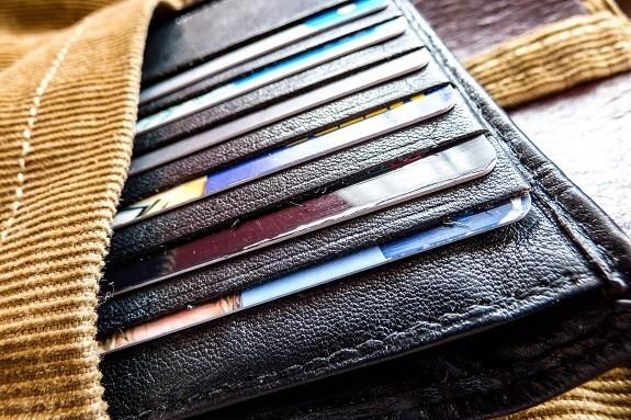 Debit kortti pelaa Saksassa, Ruotsissa ja netissäkin eli se on todella monipuolinen, myös verkkokaupassa voit tehdä ostokset helposti kortin avulla, kunhan ominaisuudet on aktivoitu ja limiitit on säädetty kuntoon